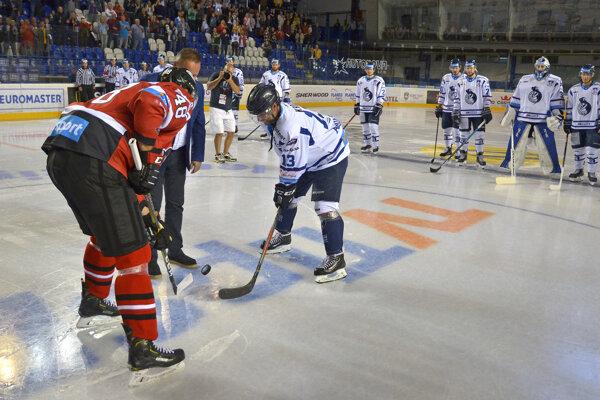 Úvodné symbolické buly v popradskom drese absolvoval lúčiaci sa Arne Kroták.