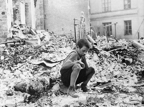 5-polish_kid_in_the_ruins_of_warsaw_sept_r972_res.jpg