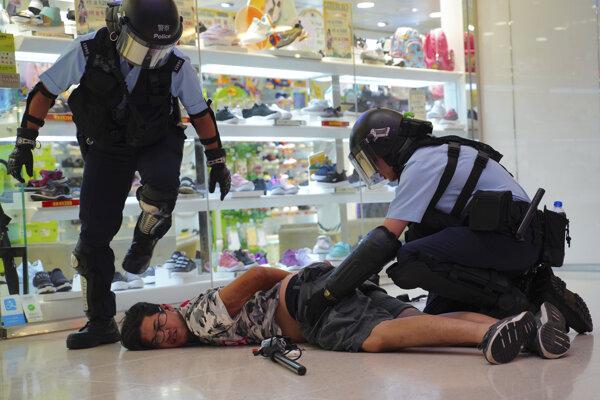 Protest v Hongkongu nezískal povolenie, stal sa tak nelegálnym.