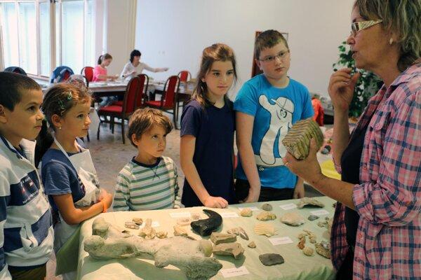Deti sa so skamenelinami zoznámili v Hornonitrianskom múzeu.