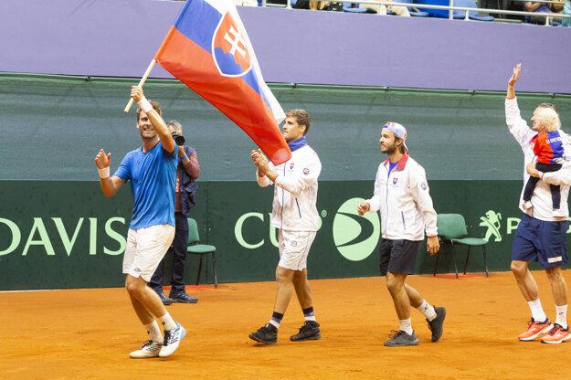 Zľava Norbert Gombos, Martin Kližan, Andrej Martin a Filip Polášek po výhre nad Švajčiarskom v dueli Davisovho pohára 2019.