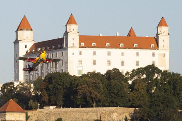 Akrobatický pilot Martin Šonka počas svojej jazdy v Bratislave.