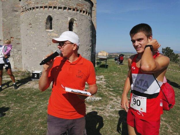 Moderátor Dušan Harangozó a víťaz na 14 km Pavol Žáčik.