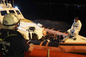 Približne polovica migrantov zo záchranárskej lode Ocean Viking vystúpila na pobrežie ostrova Lampedusa.