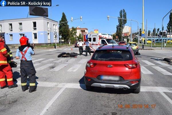 Motocyklista nedodržal bezpečnú vzdialenosť. Po náraze do auta ho z motorky vymrštilo na križovatku.