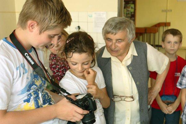 Medzi deťmi, ktoré sa učia fotiť, sa Magda Malichová vždy cíti výborne.
