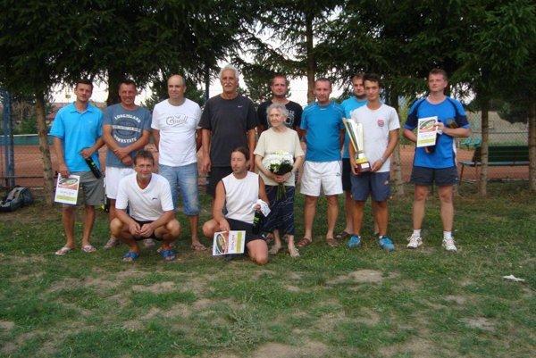 Hráči a organizátori tenisového turnaja v Ilave.