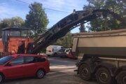 Práce cestárom skomplikovali motoristi, ktorí nechali svoje autá na parkovisku aj napriek výzvam úradu.