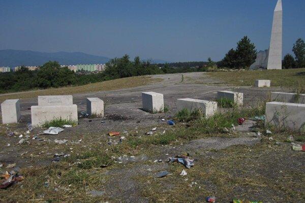 Takto vyzeralo okolie pamätníka na Banskej po kosení.