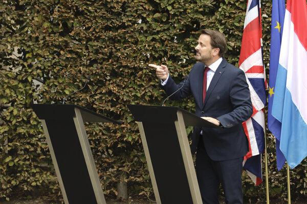 Priestor pri pulte vedľa luxemburského premiéra Xaviera Bettela, určený pre britského premiéra Borisa Johnsona, bol na tlačovej konferencii prázdny. Britský premiér odišiel hneď po stretnutí, pretože demonštranti naňho pokrikovali a vysmievali sa mu