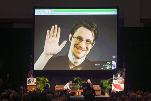 Edward Snowden prednáša cez internet.