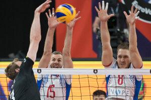 Peter Ondrovič, Juraj Zaťko a Sam Deroo (vpravo) v zápase B-skupiny na ME vo volejbale mužov Slovensko - Belgicko.