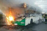 Horiaci autobus medzi obcami Jakubovany a Šarišské Sokolovce v okrese Sabinov.
