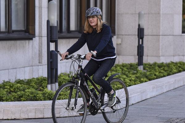 Podpredsedníčka vlády a ministerka pôdohospodárstva a rozvoja vidieka Gabriela Matečná prichádza na rokovanie Národnej rady na bicykli pri príležitosti Európskeho týždňa mobility.
