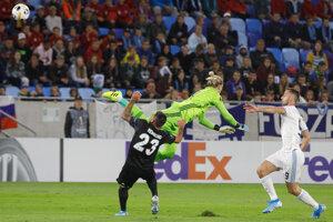 Loris Karius robí chybu pri úvodnom góle Slovana.