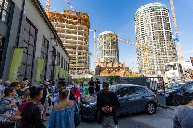 Jurkovičova tepláreň učupená medzi budovami projektu Sky Park.