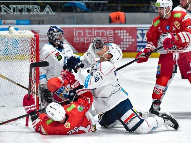Kale Kerbashian a János Vas, produktívni ťahúni Nitry a Miškovca, na ľade v spoločnom súboji.