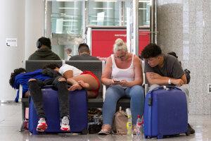 Klienti cestovnej kancelárie Thomas Cook čakajú na letisku v meste Palma de Mallorca.