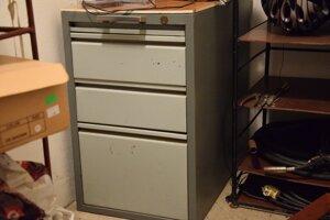 Páchateľ ukradol hotovosť z kovovej skrine.
