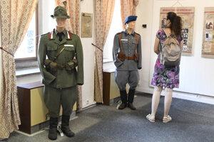O výstavu je medzi návštevníkmi veľký záujem.