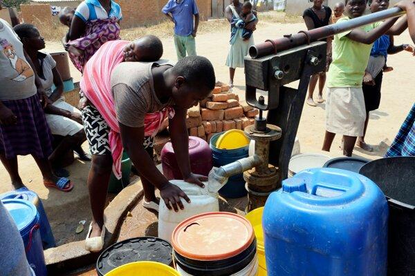 Ľudia v Harare a okolí majú veľký problém s vodou.