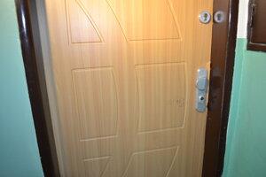 Za týmito dverami po hádke bodla žena muža do hrude.
