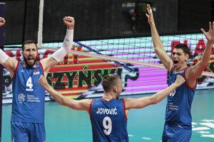 Volejbalisti Srbska oslavujú postup do semifinále.