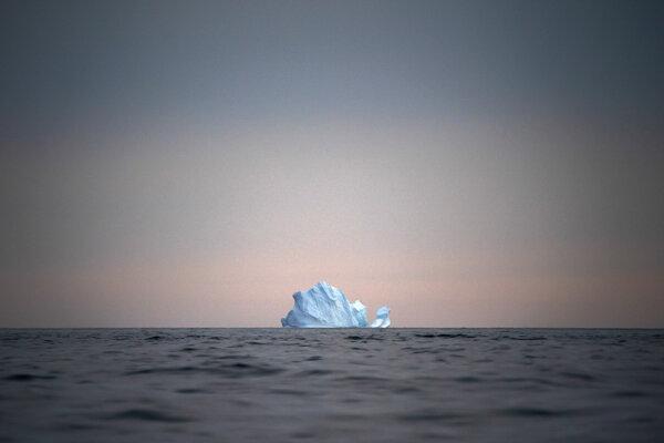 Veľký ľadovec neďaleko Kulusuku v Grónsku. Aj topenie grónskych ľadovcov prispieva k zvyšovaniu hladiny morí.