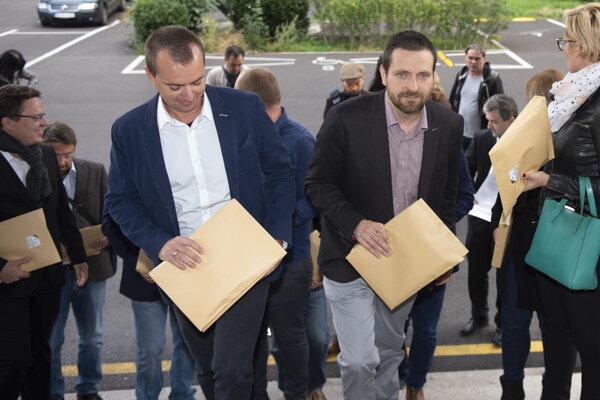 Na snímke druhý sprava líder hnutia Összefogás-Spolupatričnosť Ors Orosz s členmi pri odovzdávaní hárkov na Ministerstve vnútra 25. septembra 2019 v Bratislave.