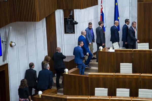 Poslanci odchádzajú na verejné hlasovanie vo voľbe kandidátov na ústavných sudcov.