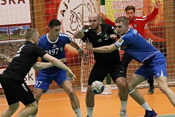 S obranou hostí zápasí pivot MHC Štart Matúš Kocák (3), ktorému pomáha Tomáš Tschur.