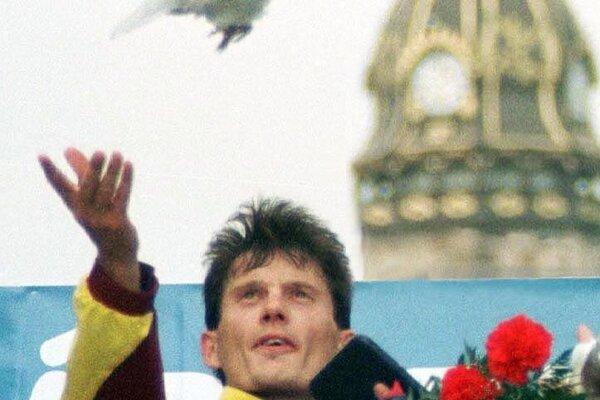 Róbert Štefko vypúšťa holubicu po prvenstve na MMM 1999.