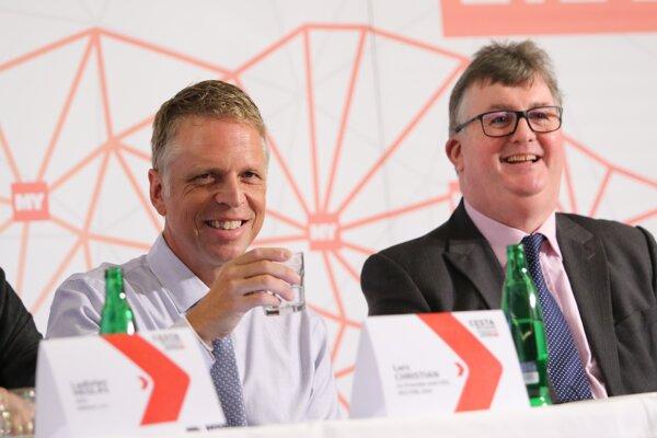 Lars Christian z USA (vľavo) a Terrence Murphy z Veľkej Británie hovorili na konferencii aj o autách bez vodičov a logistike zásobovania obchodov.