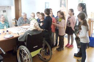 Deti na návšteve seniorov.