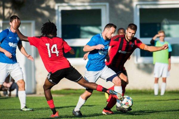 Belušan Mišutka (v modrom) v obkľúčení hráčov Trnavy B.