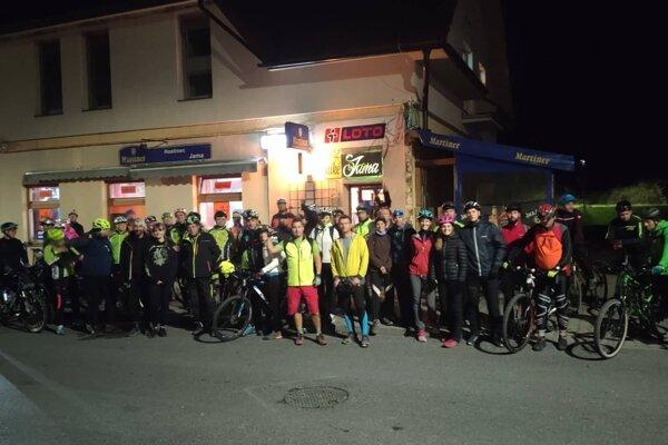 Na tretiu nočnú bajkovačku sa vydalo 60 cyklistov.