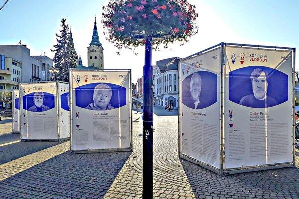 Výstava je inštalovaná na Námestí Andreja Hlinku.