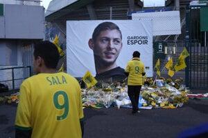 Fanúšikovia Nantes stoja pred plagátom zosnulého futbalistu Emiliana Salu.