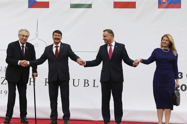 Zľava český prezident Miloš Zeman, maďarský prezident János Áder, poľský prezident Andrzej Duda a slovenská prezidentka Zuzana Čaputová pózujú počas dvojdňového summitu prezidentov krajín Vyšehradskej štvorky.
