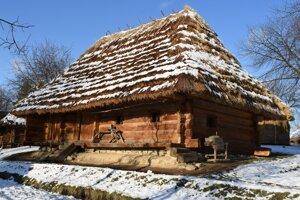 Staré obydlie v Užhorodskom skanzene počas zimných mesiacov.