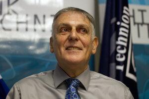 Profesor Dan Shechtman v laboratóriu v Technione – Izraelskom technologickom inštitúte.