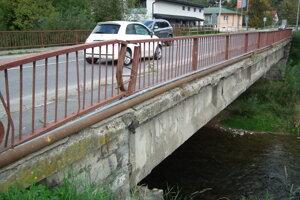 Poškodený most cez Oravicu.