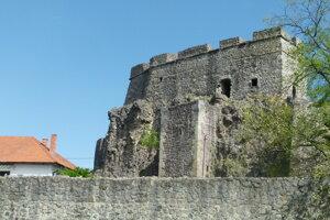 Šachtu studne vidieť zo severozápadnej strany Levického hradu.