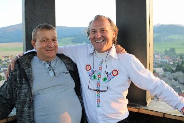 Odborný garantrekonštrukcie kostolnej veže azároveň duša myšlienky jej záchrany JánKráľ (na fotografii vpravo) spolu so svatom Jozefom Lukáčom (vľavo), ktorý tiež pomáhal pri oprave.
