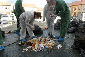 Za obecným úradom analyzovali odpad obyvateľov.