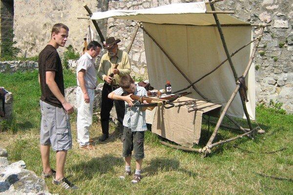 Pre návštevníkov hradu je pripravená streľba z luku.