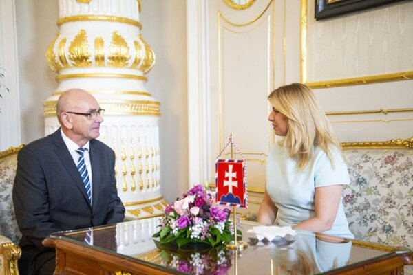 Predseda Najvyššieho kontrolného úradu Karol Mitrík a prezidentka SR Zuzana Čaputová.