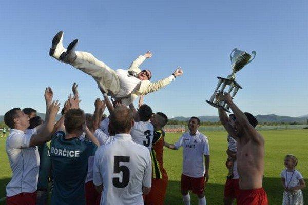 Nie len tréner Grendel, ale aj majiteľ klubu Anton Fabuš si užil vyhadzovanie do vzduchu.