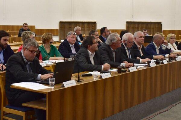 Poslanci zastupiteľstva čerpanie nového úveru aj refinancovanie toho spred dvanástich rokov schválili.