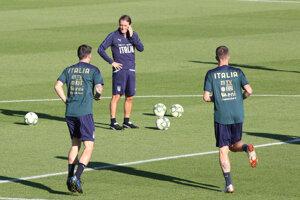 Tréner Roberto Mancini (druhý zľava) počas tréningu talianskej reprezentácie pred zápasom s Gréckom.